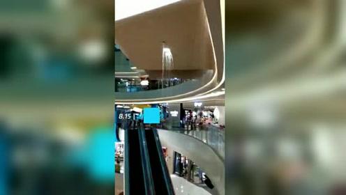 商场天花板突然坍塌 积水倾泻如瀑布