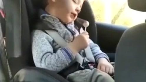 国外萌宝吃着棒棒糖睡着了,熊孩子太可爱了