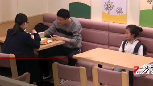 一对夫妻分享食物给贫困父女,太感人了看哭了