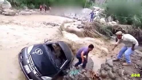 这种车也想通过这路!是勇气可嘉还是无脑?