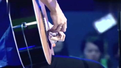 女朋友在看台上瞬间落泪 当年左立就深情弹唱了这首《南方姑娘》
