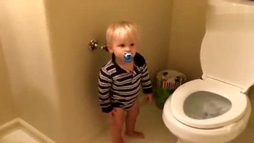 萌宝上厕所半天没出来 ,妈妈打开门一看,厕所变这样