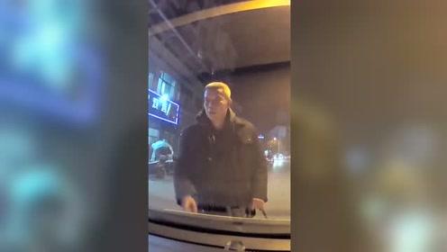 大爷扒车盖碰瓷 司机:我有行车记录仪