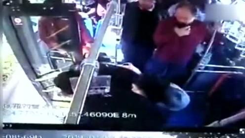 女子公交突昏厥 乘客司机合力救助