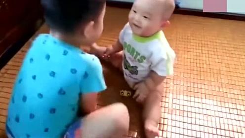 妈妈让哥哥照看二胎弟弟 这画面真是让人笑的肚子疼
