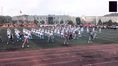 """别人学校的运动会,老师们大跳""""失恋阵线联盟"""",学生们整齐伴舞"""