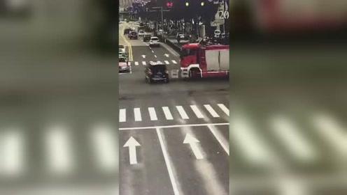 好险!消防车执行公务闯红灯 撞飞绿灯通行的奔驰