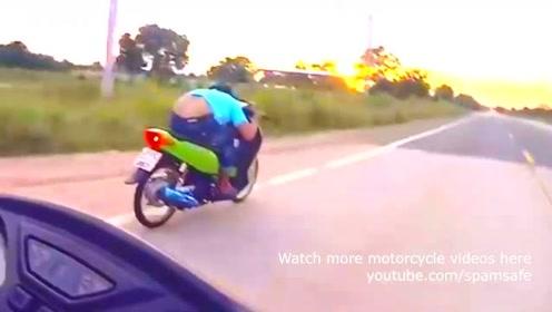 当雅马哈MT09遇上这一辆踏板车,拧尽油门尴尬了!