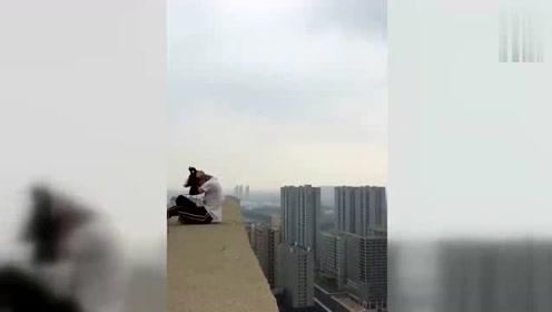 极限运动:高空攀岩失误你敢看吗?手滑的那一秒心惊胆战啊!