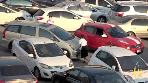 驾车技术不到位不要进这个停车场 司机约定俗成不拉手刹方便挪车