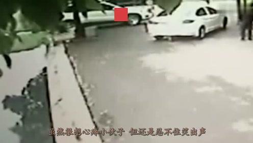 男子骑电动车从巷子口出来,突然油门一紧,瞬间就钻入河道!