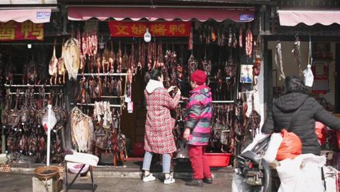 美女主播老巷寻找年味,家家户户门口挂起酱鸭腊肠,香飘整条街