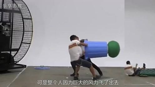 风扇吹爆大气球,这风力也太强悍了,小哥哥直接吹飞了