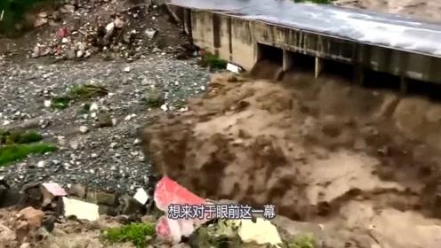 洪水威力有多猛?要不是有视频,说破天你都不信呐!