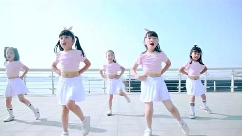 可爱小学生海边操场跳TFboys《大梦想家》萌到心坎里了!