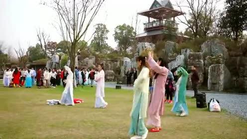 5000余名汉服爱好者齐聚汉口里花朝节