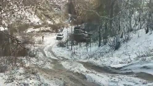老款三菱越野车现身雪地爬坡,车主这下该买新车了吧
