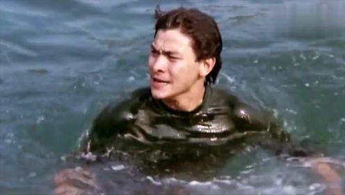 奇了怪了!别人为什么要游那么快,了解情况后,他第一个游上岸了!