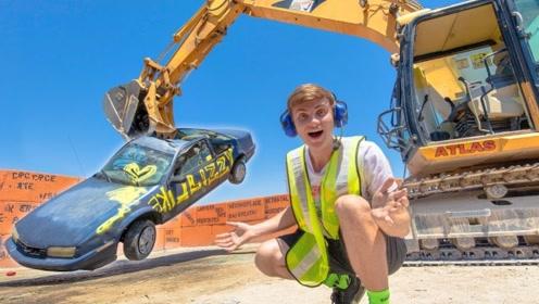 挖掘机的力量有多大?小伙作死用汽车测试,二十秒后惨不忍睹!