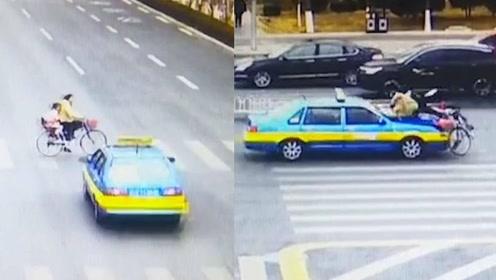 监拍母女骑车过马路 惨遭疾驰出租车撞飞倒地