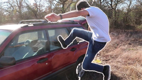 一脚能踢碎汽车玻璃吗?老外实测,这是把自己当成李小龙了?