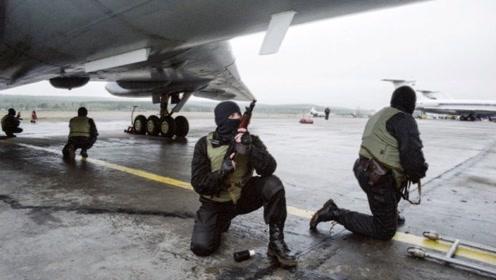 特种部队硬核解救被劫飞机,10分钟结束战斗,40名乘客倒下