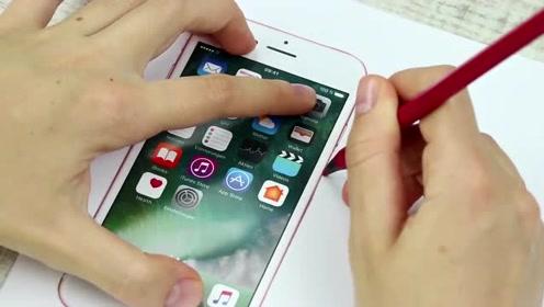 趣味恶作剧:闺蜜拿出她的iphone要记电话号码,但那并不是真手机