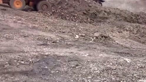 有些让人失望,这台挖掘机看上去很大,但是速度实在太慢了