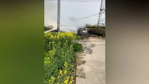 车陷草里了出不来,男子提议把草烧了车就不打滑了,结果悲剧