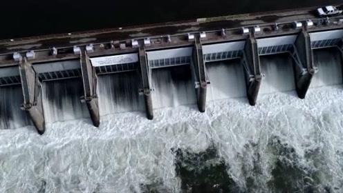 实拍大型水闸的泄洪过程,倾泻而出的瞬间看着太霸气了