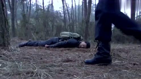 女特务将小伙打成重伤,刚想得意逃跑,不料小伙使出绝招把她了结