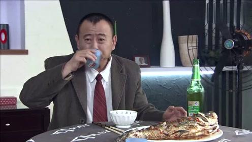 男子请客吃饭,客人还没来,他把菜全吃完了!
