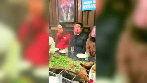 吃个烤全羊把大半个娱乐圈都请来了!有马爸爸在就是好!都不用付钱