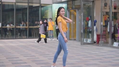 时尚街拍:穿着修身牛仔裤的姑娘,显身材,还有气质