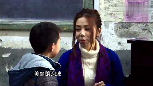 邓紫棋教小学生唱歌,小学生给她送礼物,看着真幸福!
