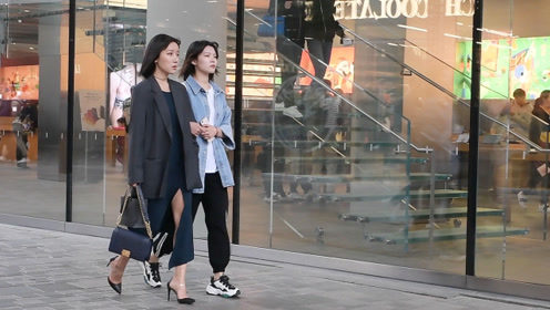 时尚街拍:约着闺蜜逛街,更要把自己搭配的很精致