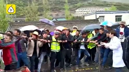 甘肃:2辆半挂车相撞 30位市民联手救车祸伤者