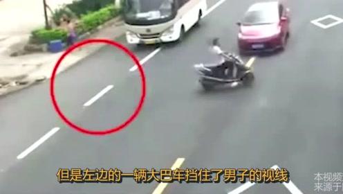 """男子骑摩托过马路,自以为足够谨慎,谁知3秒后被""""放飞天空""""!"""