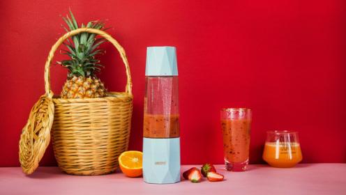 初夏的芒果草莓汁,酸甜可口,做法简单,全家都爱喝!