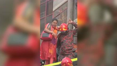 孟加拉首都一高楼起火 现场浓烟弥漫