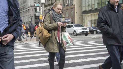 纽约州拟立法禁止行人过马路玩手机,屡犯者最高被罚1700元