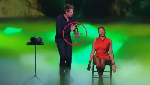 选手竟在舞台公然施展巫术!女评委被吓到落荒而逃,观众瞬间傻眼