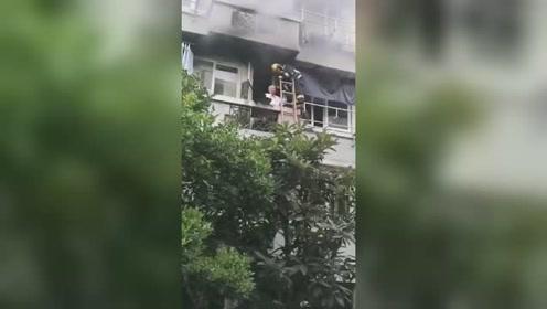 96岁老人被困失火阳台 消防员搭救生梯上演生死救援