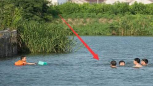 8个孩子下河游泳,仅剩一人生还,把河水抽干后,众人吓一跳!