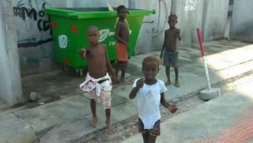 中国游客在非洲旅游,当地小孩伸手喊:中国人给钱不给就扔石头!