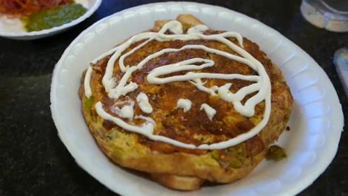 鸡蛋也可以做披萨,真是长见识了,但撒这么多香料会好吃吗?