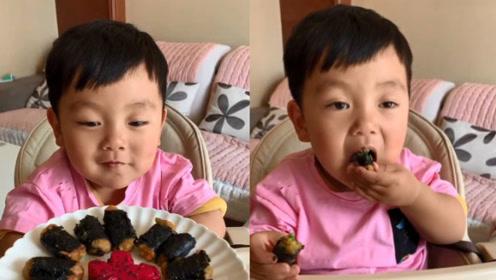 吃货小男孩看到妈妈准备的美餐,已经迫不及待了,太可爱了!