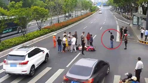 男子围观车祸,结果把自己也搭了进去,网友:看热闹的下场