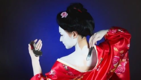 日本女人化妆拿起白漆就往脸上刷,卸妆该怎么办?网友:太敬业了
