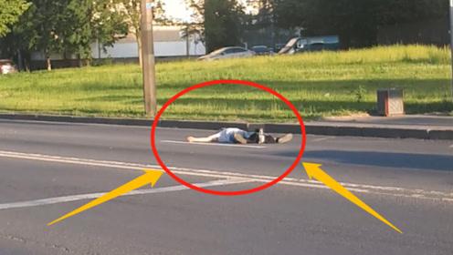 精神患者坐在马路中央,拦在公交车前!难道该男子可以预见未来?